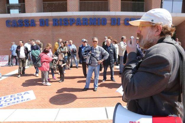La protesta si è conclusa davanti alla sede della banca all'ex zuccherificio (foto Ravaglia)