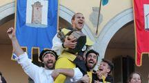 Esultante Enea Belpassi con il trofeo (foto Nigrisoli)