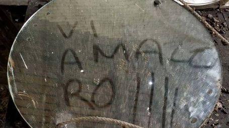La frase trovata su uno specchio in un casolare al confine tra Bologna e Ferrara