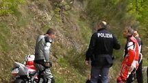 La disperazione degli amici del motociclista morto per infarto (foto Stocchi)