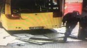 Bus contro la scuola a Carpi, le riprese delle telecamere