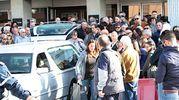 Ancona, tantissima gente all'obitorio per salutare Michele Scarponi (Foto Antic)