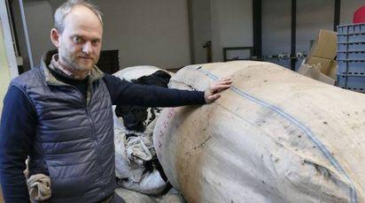 Alessio Duradoni, titolare della Tessitura di Vergaio,  accanto agli scarti tessili accumulati in azienda Foto Attalmi