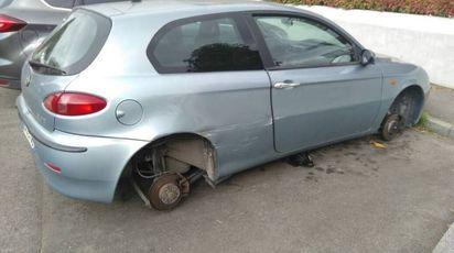 L'auto lasciata senza gli pneumatici (Foto Nucci/Fotocronache Germogli)