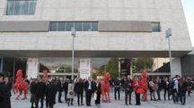 Il pubblico fuori dal Teatro dell'Opera (New Press Photo)