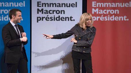 Emmanuel Macron con la moglie Brigitte (Ansa)