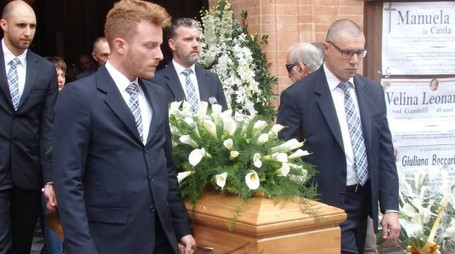 I funerali di Matteo Muratori (nel tondo) ieri alla chiesa plebana di Vignola