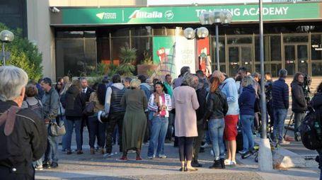 Personale Alitalia in attesa di conoscere i risultati del referendum a Fiumicino (Ansa)