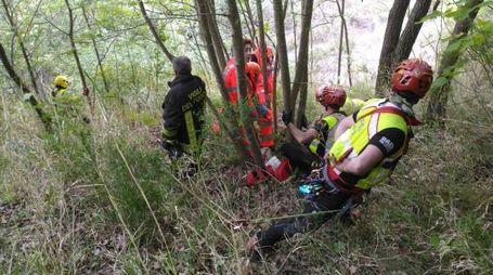 I vigili del fuoco e gli uomini del Soccorso Alpino hanno tratto in salvo un uomo, precipitato da un burrone