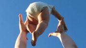 Il bimbo rischia gravi conseguenze dopo essere stato scosso dai genitori