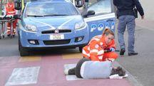 La donna soccorsa dal 118 davanti al centro commerciale subito dopo lo scippo