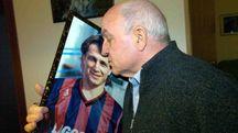 Domizio Bergamini bacia la foto del figlio Denis (foto Businesspress)