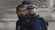 Il blitz della polizia davanti a Westminster (Ansa)