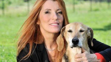 Michela Vittoria Brambilla con un cane