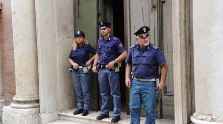 La polizia davanti alla chiesa