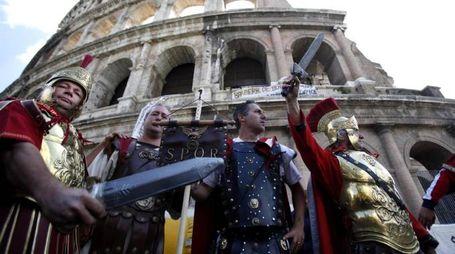 Centurioni al Colosseo. Il Tar ha dato loro ragione (Ansa)