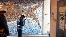 VIGILANZA Vigili urbani nel tunnel che collega piazzale della Vittoria al liceo classico: numerose le scritte affianco ai mosaci realizzati dagli studenti con il prof Impieri (Fantini)