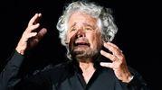 Beppe Grillo attacca i giornalisti durante il suo spettacolo a Livorno (Ansa)