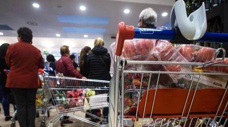 Spesa al supermercato, foto generica (Ansa)
