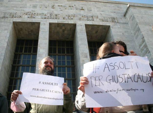 """Presidio animalista davanti al Tribunale in occasione del processo a esponenti del coordinamento """"Fermare Green Hill"""""""