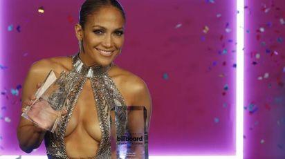 Jennifer Lopez, trasparenze in doppio look nero e oro / FOTO