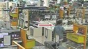 Uno dei furti ripresi dalle telecamere