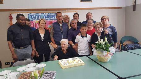 IN GAMBA La festeggiata Pierina Dal Prà circondata dall'affetto di nipoti e pronipoti