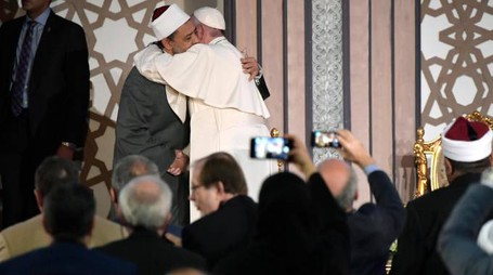 Egitto, Papa Francesco abbraccia il Grande Imam (Afp)