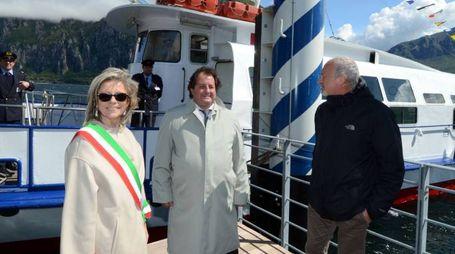Da sinistra il sindaco di Valmadrera Donatella Crippa e altre autorità davanti al pontile