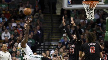 Un azione di gioco di Bulls-Celtics (LaPresse)
