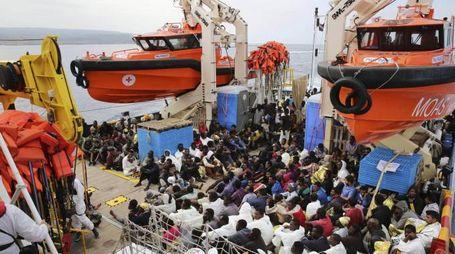 Soccorsi ai migranti in mare (Ansa)
