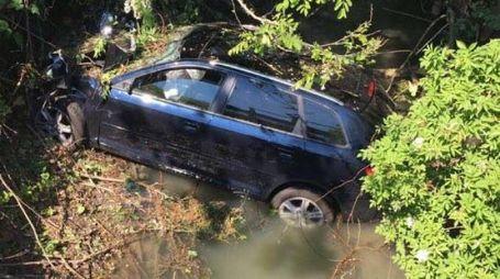 L'auto sbalzata nel fosso