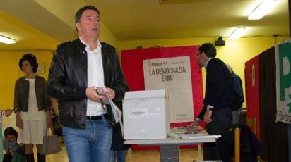 Primarie Pd, Matteo Renzi al seggio di Pontassieve (Lapresse)