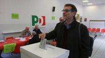 Primarie Pd, Virginio Merola, sindaco di Bologna, al seggio (Foto Schicchi)
