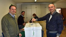 Il sindaco Luca Vecchi al voto (Foto Artioli)