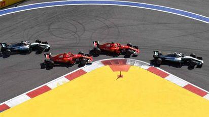Bottas davanti alle Ferrari a Sochi (Afp)