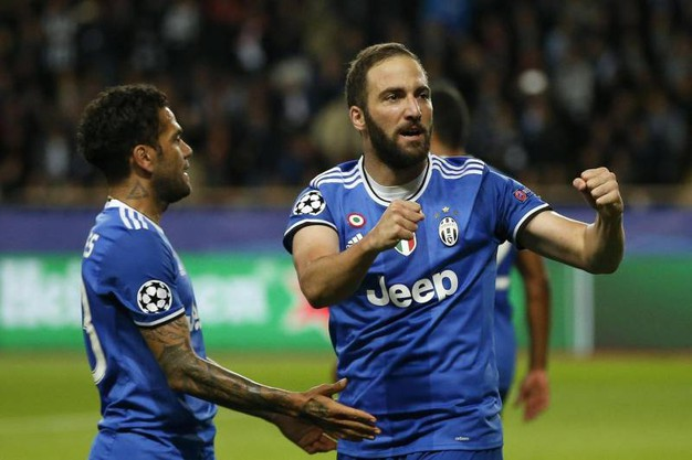 Higuain esulta dopo il secondo gol (Ansa)