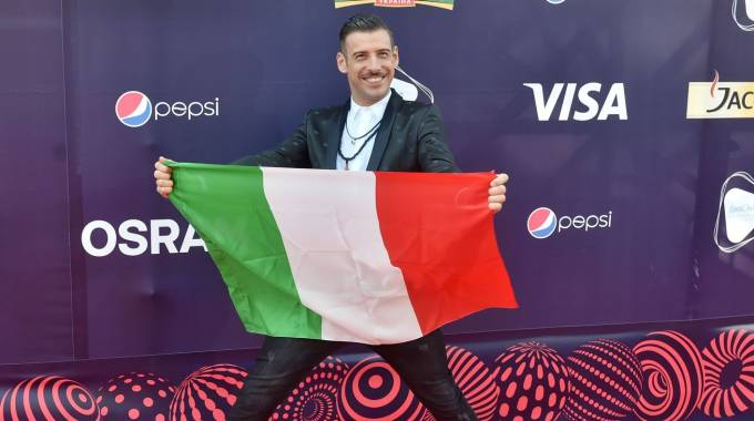Francesco Gabbani con la bandiera italiana a Kiev