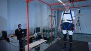 Fulvio Bertelli con l'esoscheletro (foto Hillary Sanctuary / EPFL)