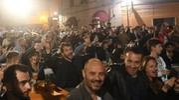 Folla in piazza Battisti a Carrara per tifare Gabbani davanti al maxischermo (foto Delia)