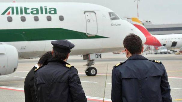 Piloti e aereo Alitalia (Ansa)