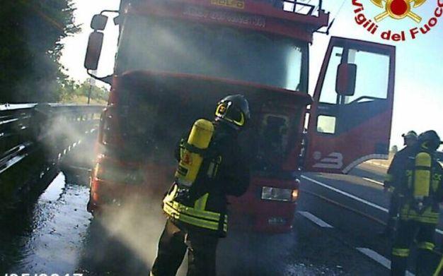 Pompieri spengono il rogo