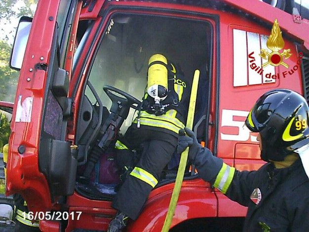 Il camion incendiato