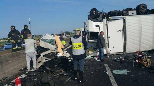 Il camion dopo l'incidente in A14