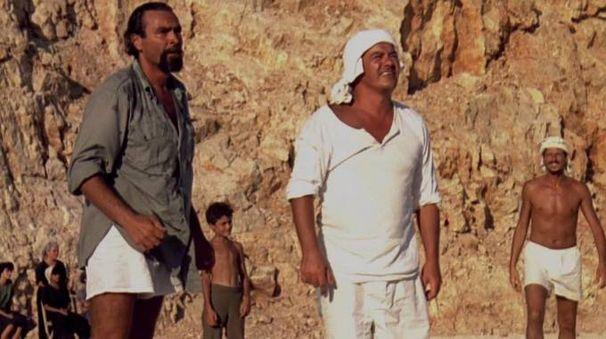 Il mare e il sole della Grecia nel film del 1991. Diego Abatantuono a sinistra