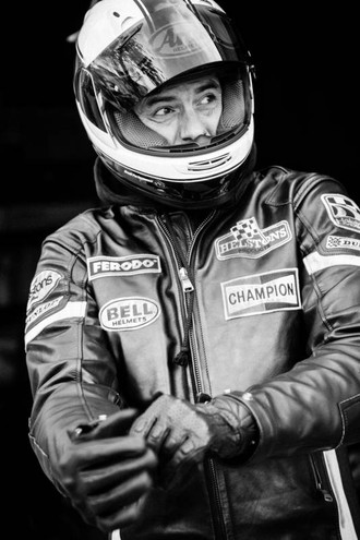 Gabriele Corcos in versione motociclista (credits: Eric Wolfinger)