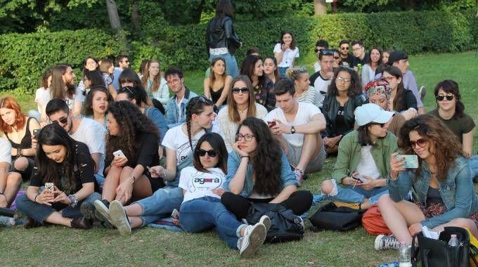 gli studenti sul prato aspettano l'arrivo di Lodo(foto Nigrisoli)
