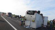 Il camion ribaltato (foto Veca)