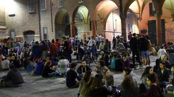 GIÙ PER TERRA Una delle serate  di piazza Verdi Nel riquadro, Merola