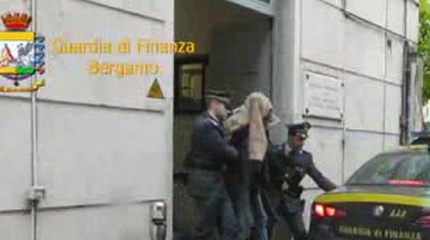 L'arresto da parte della Guardia di Finanza (De Pascale)